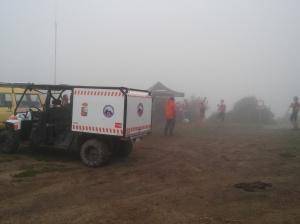 """La niebla no deja ver gran cosa pero almenos ya es de día.puesto de comunicaciones y asistencia en """"Maya Vieya"""", ademas de ser el primer avituallamiento."""
